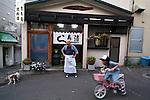 Sei San &egrave; uno dei pi&ugrave; conosciuti &quot;sushi-man&quot; giapponese. Il mestiere gli &egrave; stato trasmesso dai genitori come vuole la tradizione. &gt;Lavora ad Otaru e il suo ristorante si chiamaa Sei Zushi<br /> &copy; Paolo della Corte