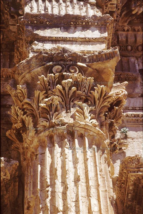LIBANO A circa 90 km da Beirut, nella valle della Bekaa, si trova il sito di Baalbek, luogo dedicato al dio fenicio Baal, in seguito dai greci denominata Eliopolis (città del sole) e divenuta poi in epoca romana (Colonia Julia Felix)  luogo di culto di Giove.Impressionante l'acropoli, di cui fanno parte i templi di Giove , del cui portico restano solo 6 imponenti colonne di oltre 20 metri di altezza, il tempio di Bacco, con belle decorazioni e il tempio di Venere, divenuto basilica in periodo cristiano. Nei pressi delle rovine sorge il Museo  della Liberazione Palestinese (dal 1975 la zona è il quartier generale degli hezbollah). Nell'immagine: un capitello corinzio del Tempio di Bacco.