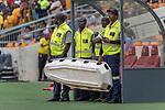 05.01.2019, FNB Stadion/Soccer City, Nasrec, Johannesburg, RSA, Premier League, Kaizer Chiefs vs Mamelodi Sundwons<br /><br />im Bild / picture shows <br /><br />Verletzungspause, Sanitaeter warten auf ihren Einsatz mit der Trage<br /><br />Foto © nordphoto / Ewert