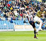 Nederland, Arnhem, 28 april 2013.Eredivisie.Seizoen 2012-2013.Vitesse-Willem ll .Mike Havenaar van Vitesse wint het kopduel van Danny Guyt van Willem ll en kopt op doel.