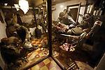Foto: VidiPhoto<br /> <br /> BASTOGNE – Op 16 december is het precies 75 jaar geleden dat Hitler een laatste serieuze poging deed om de geallieerde opmars tot stilstand te brengen en de haven van Antwerpen in handen te krijgen. Het Ardennenoffensief was tegen de zin van de Duitse generaals, omdat er onvoldoende getrainde manschappen beschikbaar waren en nauwelijks brandstofvoorraden. In totaal kwamen er 160.000 militairen aan zowel Duitse als geallieerde zijde om het leven. Ion Bastogne en omgeving zijn er diverse oorlogsmusea en monumenten die herinneren aan het Ardennenoffensief. Foto: Een levensecht diorama in het 101 Airbornemuseum Le Mess in Bastogne.