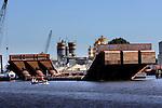 AMSTERDAM - In de Entrepot-Haven in Amsterdam ligt een opmerkelijke, door de Klerk Staalbouw gebouwde, stalen buisconstructie te wachten op transport. De drie stalen buizen met een doorsnede van bijna 3,5 meter moeten de uit 1940 daterende Sifon vervangen die in opdracht van Rijkswaterstaat vanaf de bodem van het Amsterdam-Rijnkanaal bij Zeeburgereiland de Amsterdamse grachten doorspoelen. COPYRIGHT TON BORSBOOM