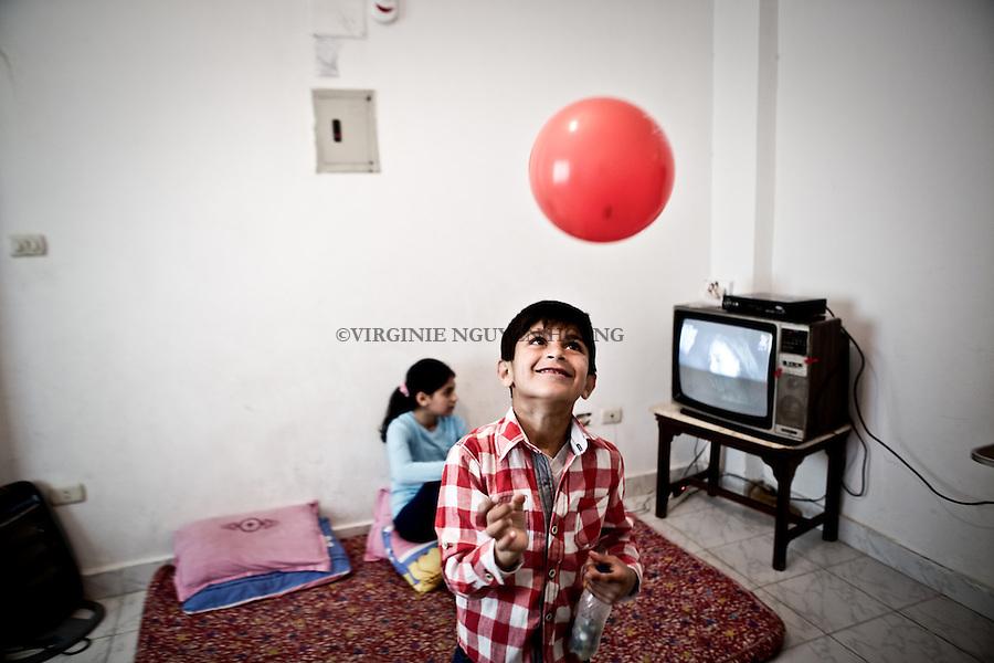 EGYPT, 6 of October City: Youssef (7) is playing with a baloon inside his home. 28th February 2014<br /> <br /> EGYPT, ville du 6 octobre: Youssef (7) joue avec un ballon &agrave; l'int&eacute;rieur dans son salon. 28 f&eacute;vrier 2014.