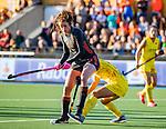UTRECHT - Lidewij Welten (Ned) met Mengling Zhong (China)   tijdens   de Pro League hockeywedstrijd wedstrijd , Nederland-China (6-0) .  COPYRIGHT  KOEN SUYK