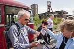Tourist paying for a tour at the World Cultural Heritage Site Zollverein. | Ein Fahrgast bezahlt für die Führung durch das Weltkulturerbe Zollverein.