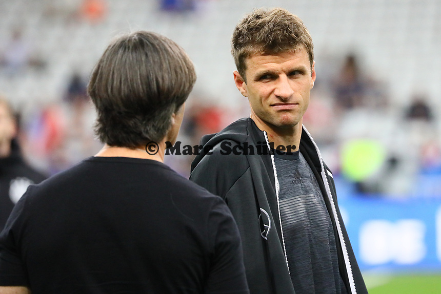 Bundestrainer Joachim Loew (Deutschland Germany) im Gespräch mit Thomas Mueller (Deutschland Germany) - 16.10.2018: Frankreich vs. Deutschland, 4. Spieltag UEFA Nations League, Stade de France, DISCLAIMER: DFB regulations prohibit any use of photographs as image sequences and/or quasi-video.