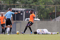 ENVIGADO -COLOMBIA-10-01-2014. Julian Figueroa (Der) jugadores de Envigado reclama al arbitro durante partido amistoso con Once Caldas en la pretemporada de la Liga Postobón I 2014 realizado en el Polideportivo Sur de la ciudad de Envigado./ Julian Figueroa (R) player of Envigado claims to the referee during a friendly match against Once Caldas on  preseason of the Postobon League I 2014 at Polideportivo Sur in Envigado city.  Photo: VizzorImage/Luis Ríos/STR