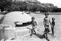 - Villaggio albanese, Queparo (Cepar&ograve;, agosto 1993); i bambini e il bunker<br /> <br /> -  Albanian  Village, Queparo (Cepar&ograve;, August 1993); children and the bunker