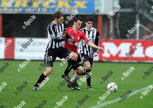 2012-12-23 / Voetbal / seizoen 2012-2013 / Lyra - Neerpelt / Jeroen verbruggen (Lyra) wordt ingesloten door Jasper (l.) en Jinte Daniëls. ..Foto: Mpics.be