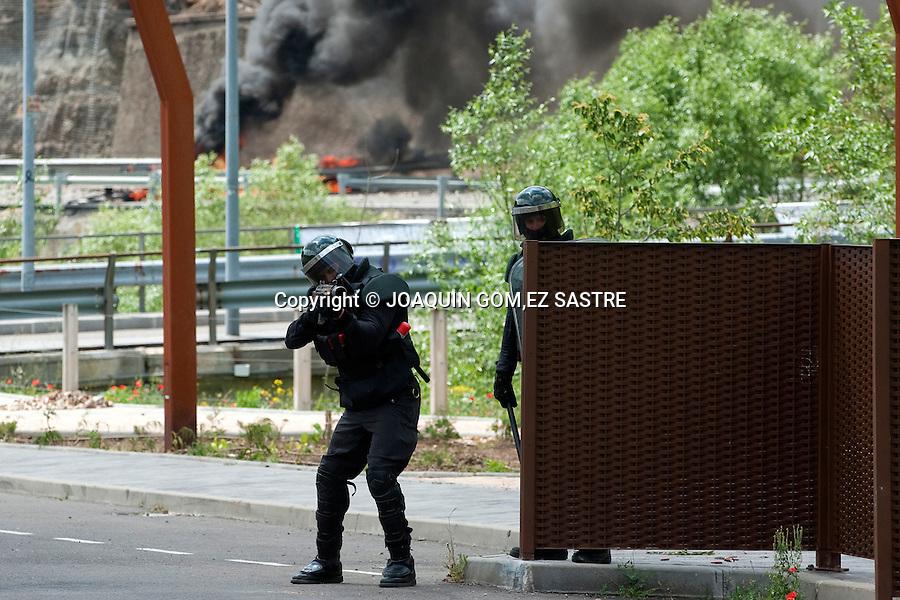 19 JUNIO 2012 CIÑERA-LEON.Protesta de lops mineros del carbon y lucha contra los antidisturbios de la guardia civil en Ciñera Leon.foto © JOAQUIN GOMEZ SASTRE