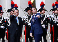 Il Presidente del Consiglio Matteo Renzi, destra, ed il Primo Ministro cinese Li Keqiang salutano nel cortile di Palazzo Chigi, Roma, 14 ottobre 2014.<br /> Italian Premier Matteo Renzi, right and Chinese Prime minister Li Keqiang wave in the courtyard of Chigi Palace, Rome, 14 October 2014.<br /> UPDATE IMAGES PRESS/Isabella Bonotto