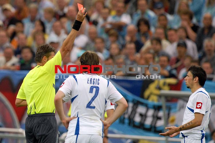 FIFA WM 2006 -  Gruppe C Vorrunde ( Group C )<br /> <br /> Play   #21 (16-Jun) - Agrentinien - Serbien / Montenego<br /> <br /> <br /> <br /> Erste rote Karte gegen Mateja Kezman (SCG)  nach Foulspiel an Javier Mascherano (ARG).  Schiedsrichter Roberto Rosetti zeigt dem Spieler die rote Karte.<br /> <br /> Foto &copy; nordphoto