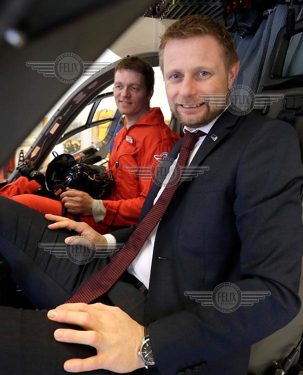 Helseminister Bent Høie møter pilot Lars Amdal og annet crew på Lørenskog ifm forlsag om å forby laserpenner.