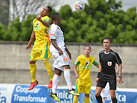 ITAGÜÍ - COLOMBIA, 25-08-2018: Sebastian Gomez (Izq) jugador de Leones FC disputa el balón con Juan Alberto Mosquera (Der) jugador de Envigado F.C. durante partido por la fecha 6 de la Liga Águila II 2018 jugado en el estadio Metropolitano de Itagüí. / Sebastian Gomez (L) player of Leones FC vies for the ball with Juan Alberto Mosquera (R) player of Envigado F.C. during match for the date 6 of the Aguila League II 2018 played at Metropolitano stadium in Itagui city.  Photo: VizzorImage / León Monsalve / Cont