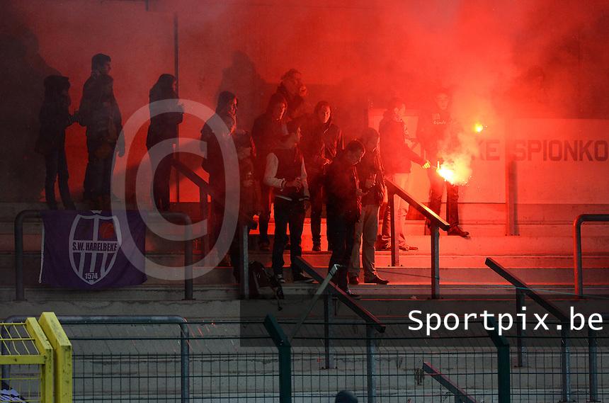 SW Harelbeke : supporters met Bengaals Vuur <br /> Foto VDB / Bart Vandenbroucke