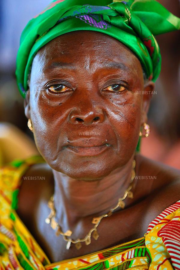 Ghana, Accra, 23 juin 2012..Portrait de l'une des femmes du reseau de l'Alliance des Veuves.. .Lance en 2007 par la Fondation Mama Zimbi (MZF), le Reseau Alliance Veuves (WANE) emancipe les veuves ghaneennes de leur privation sociale, culturelle et economique. 300 groupements ont ete formes, proposant des formations professionnelles en sante genesique, agriculture, couture, et apiculture. Grace a WANE, ces veuves deviennent agents du progres environnemental, de la sante sexuelle et reproductive de leur 10 collectivites et villes du Ghana...Ghana, Accra, June 23th, 2012..Portrait of a woman of the Hikpo Widows Alliance Network...Launched in 2007 by the Mama Zimbi Foundation (MZF), the Widows Alliance Network (WANE) empowers Ghanaian widows on an economic, social and cultural level. 300 groups have been formed, offering job training programs in reproductive health, agriculture, sewing and beekeeping. Thanks to WANE, these widows now play a key role in the environmental progress and in the sexual and reproductive health of their 10 respective Ghanaian communities and towns...