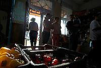 RUMAENIEN, 10.2009.Nitchidorf  (deutsch: Nitzkydorf).Dieses Dorf der Banater Schwaben nahe Timisoara (Temeschwar) ist der Geburtsort der 56-jaehrigen Literaturnobelpreistraegerin 2009, Herta Mueller. -Der Dorfladen mit seinen Paprika..This Banat Swabian village close to Timisoara is the birth place of the 56-year old Nobel Prize winner in literature, German Herta Muller. -The village shop with its peppers..© Martin Fejer/EST&OST