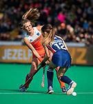 ROTTERDAM - Xan de Waard (Ned) met Amanda Magadan (USA)   tijdens de Pro League hockeywedstrijd dames, Netherlands v USA (7-1)  ..COPYRIGHT  KOEN SUYK