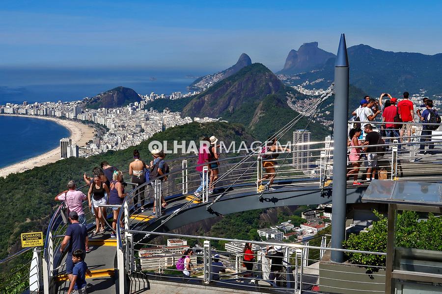 Turistas no Pao de Açucar. Praia de Copacabana, Rio de Janeiro. 2019. Foto © Juca Martins.