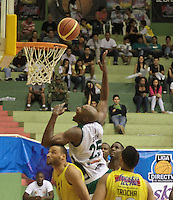 BUCARAMANGA -COLOMBIA, 13-05-2013. Smith Quentin (C) de Águilas realiza una clavada en contra de Búcaros durante partido de la fecha 15 fase II de la  Liga DirecTV de baloncesto Profesional de Colombia realizado en el Coliseo Vicente Díaz Romero de Bucaramanga./ Smith Quentin (C) of Aguilas makes the dunk against Bucaros during match of the 15th date phase II of  DirecTV professional basketball League in Colombia at Vicente Diaz Romero coliseum in Bucaramanga. Photo:VizzorImage / Jaime Moreno / STR