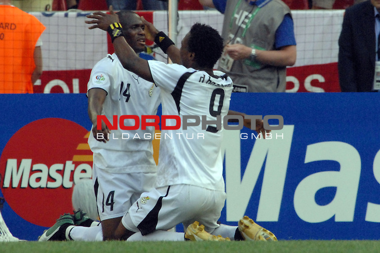 FIFA WM 2006 -  Gruppe E Vorrunde ( Group E )<br /> Play     #26 (17-Jun) - Tschechien - Ghana<br /> <br /> Derek Boateng (GHA) freut sich mit Matthew Amoah (GHA) &cedil;ber den Elfmeter f&cedil;r Ghana.<br /> <br /> Foto &copy; nordphoto
