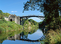 Great Britain, England, Shropshire, Ironbridge: village at the Ironbridge Gorge (UNESCO World Heritage Site), the Iron Bridge crosses the River Severn, it was the first arch bridge in the world to be made out of cast iron, opened in 1781 | Grossbritannien, England, Shropshire, Ironbridge: das Dorf liegt an der Ironbridge Gorge, die seit 1986 zum UNESCO Weltkulturerbe zaehlt, die Bruecke ueberquert den Fluss Severn, es ist die weltweit aelteste Bogenbruecke aus Gusseisen und wurde am Neujahrstag 1781 eroeffnet