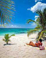 Dominikanische Republik, Isla Saona, Laguna Canto de la Playa, junge Frau liegt allein an einem einsamen Strand, liest Illustrierte | Dominican Republic, Saona Island, Laguna Canto de la Playa, young woman lying at deserted beach, reading