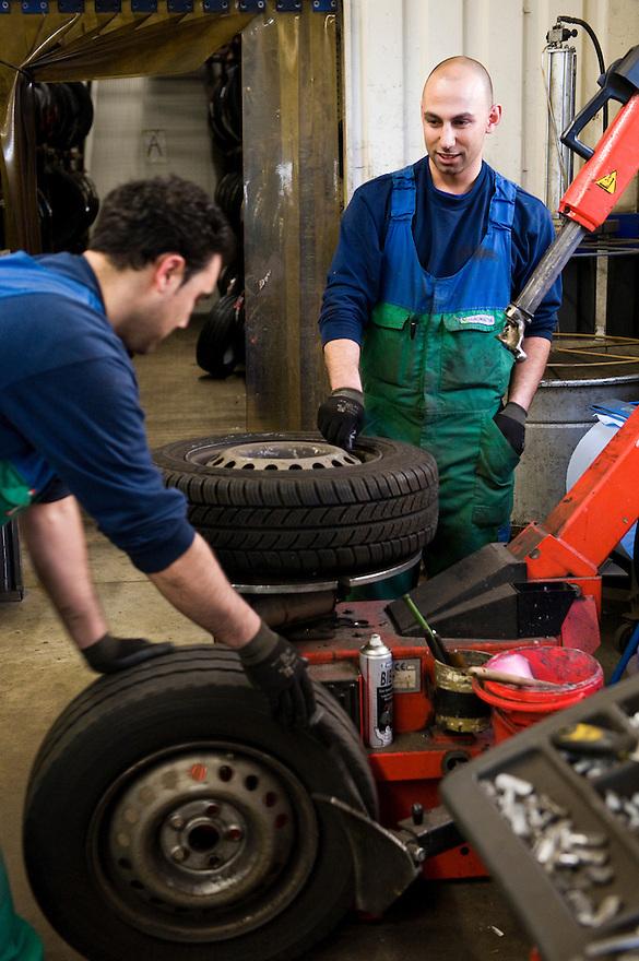 Nederland, Barneveld, 8 dec 2009.Bij Euroaster in Barneveld worden winterbanden gemonteerd. .Foto (c) Michiel Wijnbergh