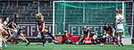 AMSTELVEEN - Verdediging Amsterdam met Anne Veenendaal (A'dam)    tijdens de hoofdklasse competitiewedstrijd hockey dames,  Amsterdam-Oranje Rood (5-2). COPYRIGHT KOEN SUYK