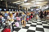 SAO PAULO, SP, 27.12.2013 -Movimento no Aeroporto de Congonhas, na Zona Sul de São Paulo,com grandes filas nas áreas de check in na saída para o feriado de Ano Novo. : Adriano Lima / Brazil Photo Press).