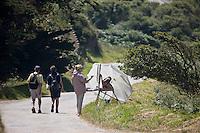 Europe/France/Normandie/Basse-Normandie/50/Manche/Presqu'île de la Hague/Goury: Randonneurs et peintre sur la route vers le Nez de Jobourg