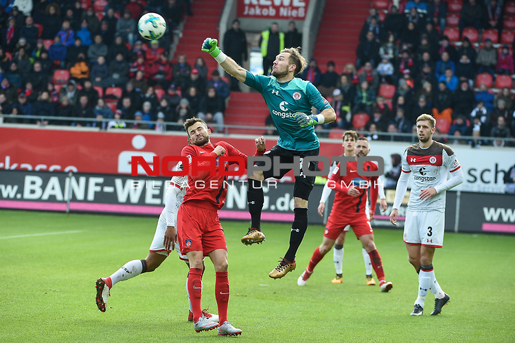 03.02.2018, Voith-Arena, Heidenheim, GER, 2.FBL, 1.FC Heidenheim - FC St. Pauli, im Bild<br /> <br /> Hier muss Robin HIMMELMANN (FC St Pauli #30) weit aus dem Tor und kassiert das 1:2 ins leere Tor<br /> <br /> Foto &copy; nordphoto / Schreyer