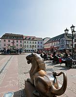 Deutschland, Rheinland-Pfalz, Neustadt an der Weinstrasse: Marktplatz mit Marktbrunnen und Loewenstatue vor dem Rathaus | Germany, Rhineland-Palatinate, Neustadt an der Weinstrasse: market square with market fountain and lion sculpture