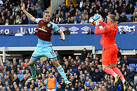 Chris Wood of Burnley and Jordan Pickford of Everton during the Premier League match between Everton and Burnley at Goodison Park on October 1st 2017 in Liverpool, England. <br /> Calcio Everton - Burnley Premier League <br /> Foto Phcimages/Panoramic/insidefoto