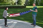 Foto: VidiPhoto<br /> <br /> ROMAGNE-SOUS-MONTFAUCON &ndash; Voor Martijn den Blijker uit Ermelo was het vrijdag de meest bijzondere 4 mei-herdenking die hij ooit beleefde. Op de grootste Amerikaanse militaire begraafplaats van Europa, in het Franse Romagne-sous-Montfaucon bij Verdun, mocht hij helpen met het strijken en vouwen van de Amerikaanse stars and stripes. Dat gebeurt iedere dag rond 17.00 uur volgens een vast ritueel. Zo mag onder andere de vlag de grond niet raken. Zelden worden daar burgers bij betrokken. Omdat de tweede verantwoordelijk echter niet in de buurt was, werd aan Martijn gevraagd of hij een handje wilde toesteken. &ldquo;Dit voelt heel bijzonder, zeker op 4 mei. Op deze plek liggen weliswaar Amerikanen die in de Eerste Wereldoorlog zijn gesneuveld, maar je denkt automatisch toch ook aan hen die ons eigen land hebben bevrijd.&rdquo; Op het ereveld in Romagne-sous-Montfaucon liggen 14.246 militairen uit de VS die zijn gesneuveld gedurende de Eerste Wereldoorlog (Great War). Van hen zijn er 486 niet ge&iuml;dentifieerd.