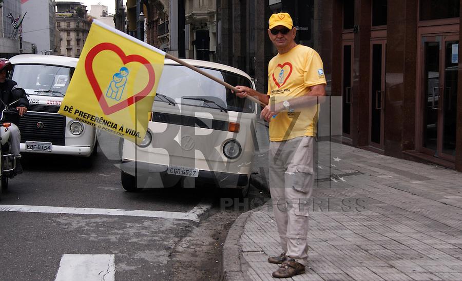 SAO PAULO, SP, 26 DE OUTUBRO 2011 – CAMPANHA CONSIENTIZACAO NO TRANSITO – A CET esta promovendo a campanha de consientizacao no transito, que esta ocorrendo nas ruas do centro de Sao Paulo, na esquina da Rua Libero Badaro. FOTO: DEBBY OLIVEIRA - NEWS FREE