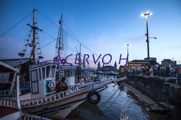 Embarcações típicas da Amazônia, ancoradas na feira do açaí, no mercado do ver-o-peso, quando trazem mercadorias de outras cidades do Pará, na amazônia. Local: Belém-PA, Data: 11/2012, Foto: Ana Mokarzel