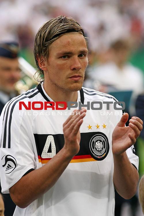 UEFA Euro 2008 Test - Deutschland (GER) vs. Serbien ( SRB ) 2 - 1 am 31.05.2008 in Gelsenkirchen - Auf Schalke<br /> Freundschaftsspiel - Friendlymatch<br /> <br /> Clemens Fritz (#4 Werder Bremen Deutsche Nationalmannschaft) applaudiert nach der Nationalhymne.<br /> <br /> Foto &copy; nph (  nordphoto  ) *** Local Caption ***
