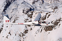 Segelflugzeug vom Typ Duo Discus: FRANKREICH, HAUT ALPES 16.03.2004: Der Duo Discus ist ein zweisitziges Hochleistungssegelflugzeug der Firma Schempp-Hirth Flugzeugbau GmbH. Er hat eine Utility-Zulassung und ist inzwischen in der XL-Ausführung auch für den einfachen Kunstflug zugelassen. Ende März 2010 gab Schempp-Hirth die Auslieferung des 600. Exemplars der Baureihe bekannt. Der Rumpf wurde leicht modifiziert für den Arcus übernommen.