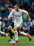 Gareth Bale (r) of Real Madrid fights for the ball with Ander Iturraspe Derteano of Athletic Club during their La Liga match between Real Madrid and Athletic Club at the Santiago Bernabeu Stadium on 23 October 2016 in Madrid, Spain. Photo by Diego Gonzalez Souto / Power Sport Images
