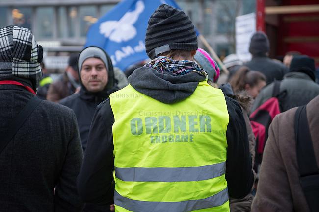 Rechte und Querfrontanhaenger demonstrieren gegen Syrienkrieg.<br /> Ca. 100 Menschen kamen am Samstag den 12. Dezember 2015 in Berlin zu einer &quot;Friedensdemonstration&quot; gegen eine Beteiligung Deutschlands am Syrienkrieg. Unter ihnen etliche Teilnehmer an montaeglichen Pegidaversammlungen, Mitglieder der rechten Querfrontorganisation &quot;Endgame&quot;, Hooligans und NPD-Sympathiesanten.<br /> 12.12.2015, Berlin<br /> Copyright: Christian-Ditsch.de<br /> [Inhaltsveraendernde Manipulation des Fotos nur nach ausdruecklicher Genehmigung des Fotografen. Vereinbarungen ueber Abtretung von Persoenlichkeitsrechten/Model Release der abgebildeten Person/Personen liegen nicht vor. NO MODEL RELEASE! Nur fuer Redaktionelle Zwecke. Don't publish without copyright Christian-Ditsch.de, Veroeffentlichung nur mit Fotografennennung, sowie gegen Honorar, MwSt. und Beleg. Konto: I N G - D i B a, IBAN DE58500105175400192269, BIC INGDDEFFXXX, Kontakt: post@christian-ditsch.de<br /> Bei der Bearbeitung der Dateiinformationen darf die Urheberkennzeichnung in den EXIF- und  IPTC-Daten nicht entfernt werden, diese sind in digitalen Medien nach &sect;95c UrhG rechtlich geschuetzt. Der Urhebervermerk wird gemaess &sect;13 UrhG verlangt.]
