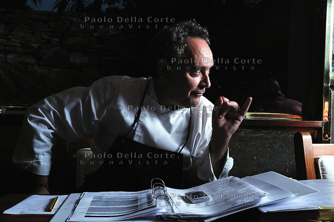 El Bulli Ferran Adrià fotografato nei giorni immediatamente successivi all'apertura del ristorante quando il nuovo menù è in fieri si sperimentano ed assaggiano nuovi piatti  .