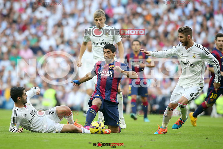 Real Madrid's Isco (l), Toni Kroos (c) and Sergio Ramos (r) and FC Barcelona's Luis Suarez during La Liga match.October 25,2014. (ALTERPHOTOS/Acero) /nortephoto.com