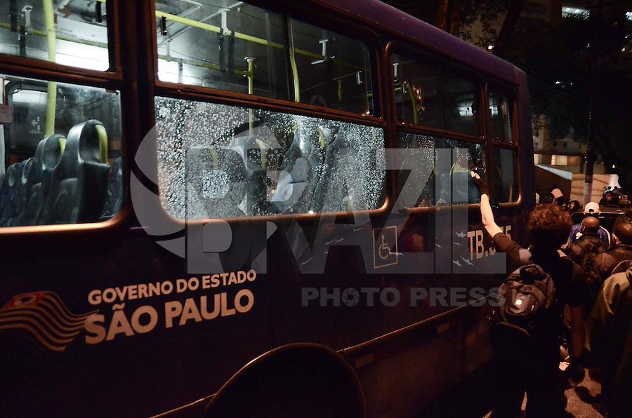 SAO BERNARDO DO CAMPO, SP,01 de julho 2013- Protetso do passe livre em Sao Bernado do Campo termina em confronto com a Policia Militar no Paco Municipal na Av Senador Vergueiro quebraram vidro de um onibus  ADRIANO LIMA / BRAZIL PHOTO PRESS).