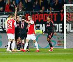 Nederland, Alkmaar, 27 maart 2014<br /> KNVB Beker<br /> Seizoen 2013-2014<br /> Halve finale<br /> AZ-Ajax<br /> Scheidsrechter Pol van Boekel geeft een rode kaart aan Joel Veltman (4e van r.) van Ajax