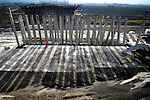 ZEVENHUIZEN - Tussen de snelweg A12 en de spoorlijn Gouda - Den Haag leggen medewerkers van Ballast Nedam op met piepschuimblokken een nieuw viaduct aan. Het viaduct is onderdeel van de nieuwe regionale omleidingsweg om Zevenhuizen heen, waarvoor - eveneens door Ballast Nedam - een nieuwe aansluiting op de snelweg A12 gemaakt wordt. Het bedrijf werkt in opdracht van Rijkswaterstaat aan een grootschalige reconstructie van de 12 km lange snelweg A12 tussen Zoetermeer en Gouda waarbij niet alleen nieuwe aansluitingen maar ook spitsstroken, nieuwe viaducten, verkeerssignalering en camerabeveiliging worden aangelegd. Het project kost 100 miljoen euro en moet eind 2010 klaar zijn. COPYRIGHT TON BORSBOOM