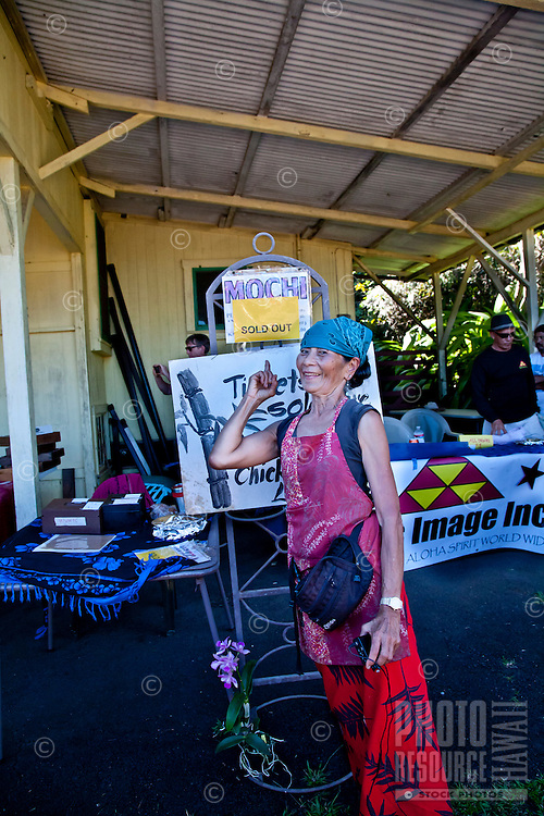 "Akiko points to ""Sold Out"" sign at Akiko's Bed and Breakfast Mochi Pounding New Year's Event 2012, Big Island."