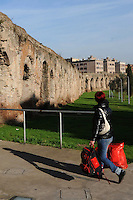 Parco dell' Acquedotto Alessandrino. Quartiere di Torpignattara, VI Municipio, circa 48.000 abitanti.In questo quartiere convivono numerose comunità di immigrati..Torpignattara district. VI Hall, about 48,000 inhabitant.In this district live many immigrant communities...