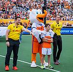Den Bosch  - Stockey met de Fan of the Match, met de scheidsrechters Marcin Grochal (POL) (r) en  Jakub Mejzlik (CZE)    voor   de Pro League hockeywedstrijd heren, Nederland-Belgie (4-3).    COPYRIGHT KOEN SUYK