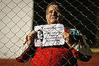 SÃO PAULO,SP,12 JUNHO 2013 - CAMPEONATO BRASILEIRO - POTUGUESA x FLUMINENSE - Torcedor  da Portuguesa protesta contra o tecnico o Edson Pimento antes  partida entre Portuguesa x Fluminense em jogo atrasado válido pela 02º rodada do Campeonato Brasileiro no Estadio  Doutor Osvaldo Teixeira Duarte (Canindé) na noite desta quartafeira (12).FOTO ALE VIANNA - BRAZIL PHOTO PRESS.